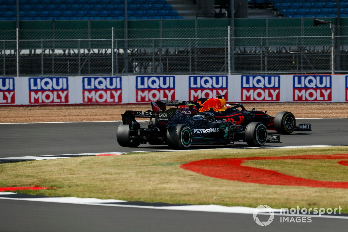Max Verstappen, Red Bull Racing RB16, pasa a Valtteri Bottas, Mercedes F1 W11