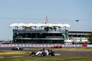 Daniil Kvyat, AlphaTauri AT01, Nicholas Latifi, Williams FW43, and Max Verstappen, Red Bull Racing RB16
