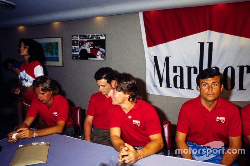 Keke Rosberg, René Arnoux, Mauro Baldi y Patrick Tambay en una conferencia de prensa de Marlboro