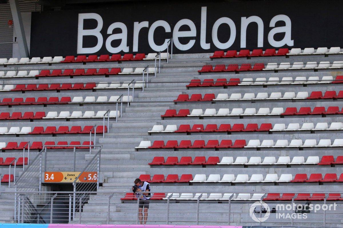 Un fotógrafo en una tribuna vacía