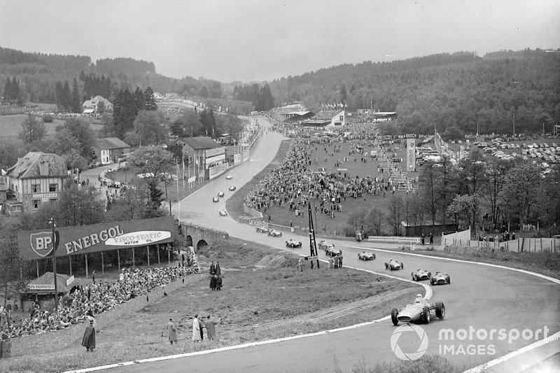 …а вот Стирлинг Мосс лидирует на старте гонки 1956-го – этот вид нельзя спутать ни с одним другим