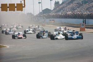 Jackie Stewart, Tyrrell 003 Ford, davanti a Carlos Reutemann, Brabham BT34 Ford, Denny Hulme, McLaren M19A Ford, Emerson Fittipaldi, Lotus 72D Ford, Clay Regazzoni, Ferrari 312B2, Francois Cevert, Tyrrell 002 Ford, e Ronnie Peterson, March 721 Ford,, partenza del GP d'Argentina del 1972