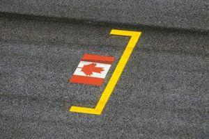 La bandera canadiense pintada en el lugar de la parrilla en homenaje al difunto Gilles Villeneuve