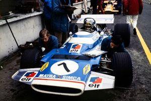 Jean-Pierre Beltoise se sienta en su Matra MS120 en el pit lane