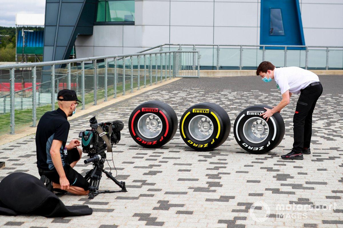 Телевизионщики устанавливают шины Pirelli для съемки