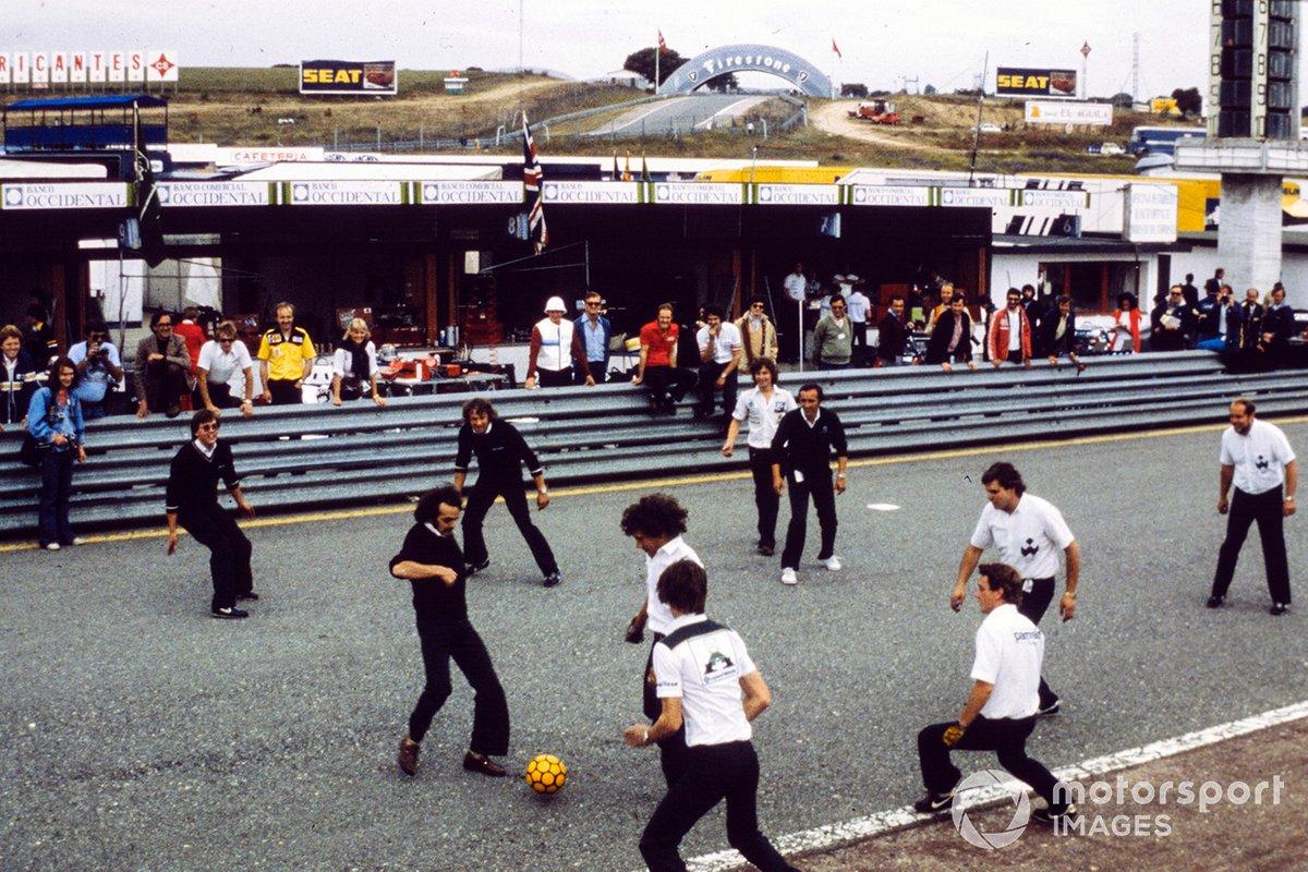 RACE окончательно приняла сторону Ассоциации команд (в конце концов, контракт у испанцев был именно с Экклстоуном), и заезды остановили. На опустевшей стартовой прямой механики Williams и Brabham даже затеяли футбольный матч…