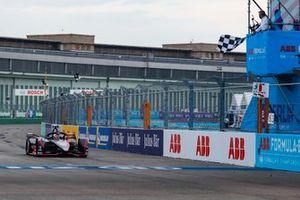Sébastien Buemi, Nissan e.Dams, Nissan IMO2 franchit la ligne d'arrivée et le drapeau à damiers