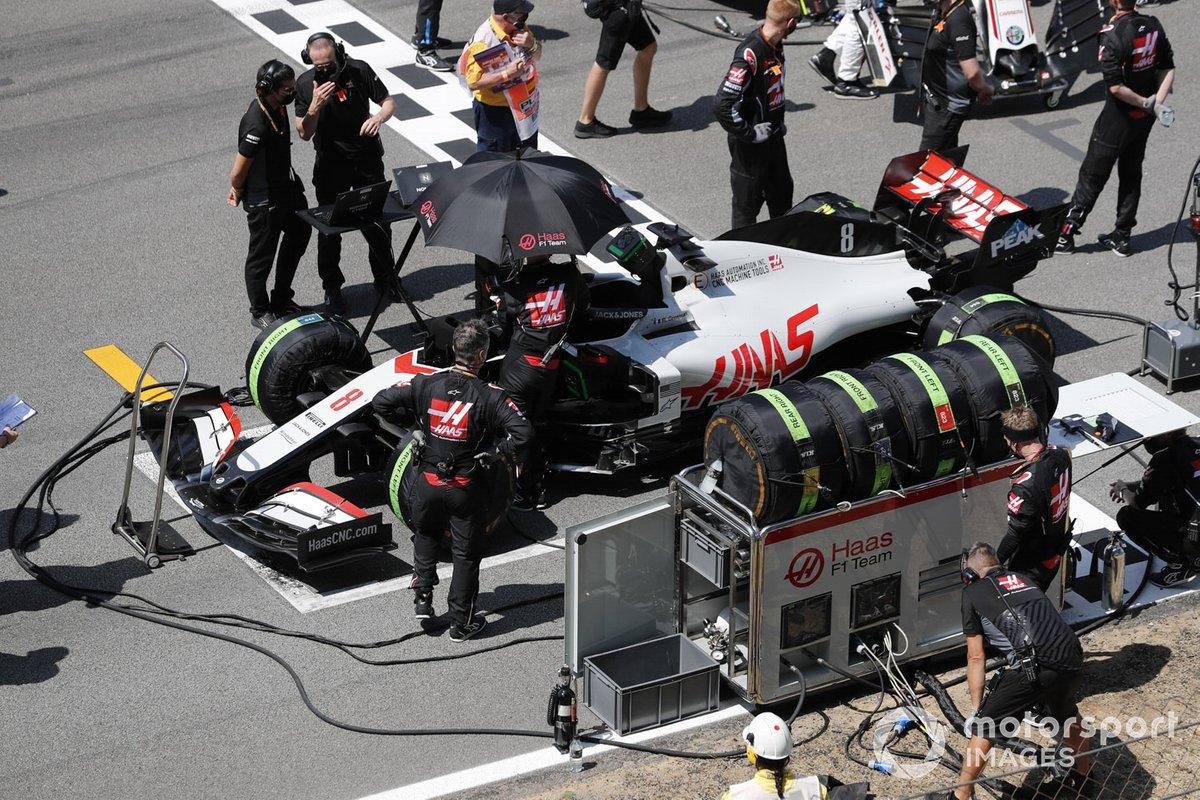 Los mecánicos preparan el coche de Romain Grosjean, Haas VF-20, en la parrilla
