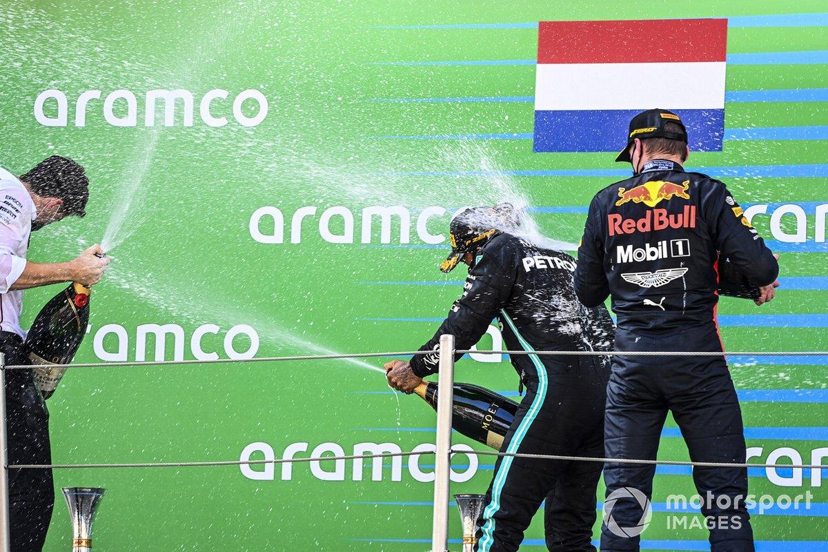 Lewis Hamilton, Mercedes-AMG Petronas F1, primo classificato, e Max Verstappen, Red Bull Racing, secondo classificato, festeggiano sul podio