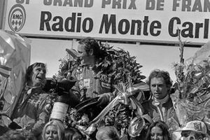 Podium: 1. Niki Lauda, 2. James Hunt, 3. Jochen Mass