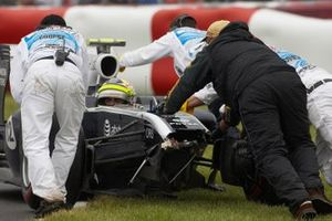Pastor Maldonado, Williams FW33 Cosworth, is recovered after hitting the barrier