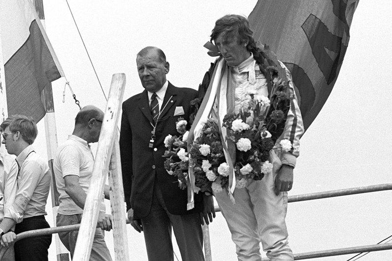 Podium : le vainqueur Jochen Rindt, Lotus 72C, avec la mine sombre après avoir appris la mort de son ami Piers Courage
