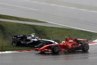 Alex Wurz, Williams FW29 Toyota, se toca con Felipe Massa, Ferrari F2007