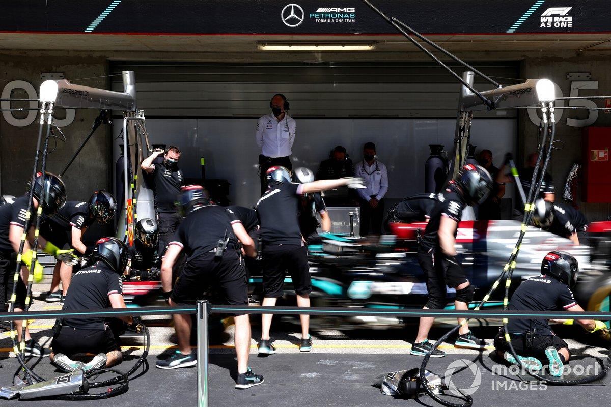 Mercedes practica un pitstop con el Mercedes W12