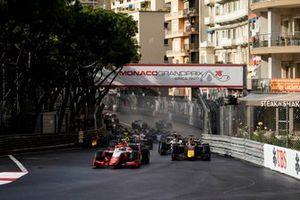 Oscar Piastri, Prema Racing, y Liam Lawson, Hitech Grand Prix, lideran la parrilla en la salida