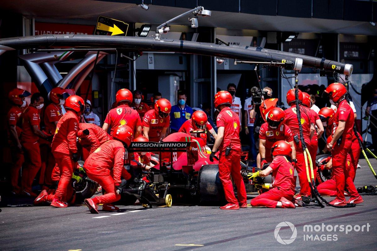 Carlos Sainz Jr., Ferrari SF21,en pits en la FP3