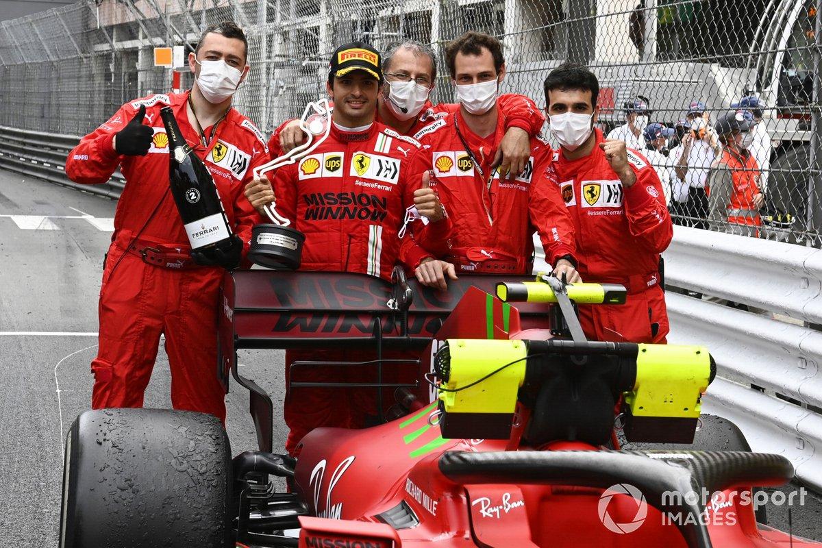 Carlos Sainz Jr., Ferrari, 2ª posición, lo celebra con sus compañeros de equipo
