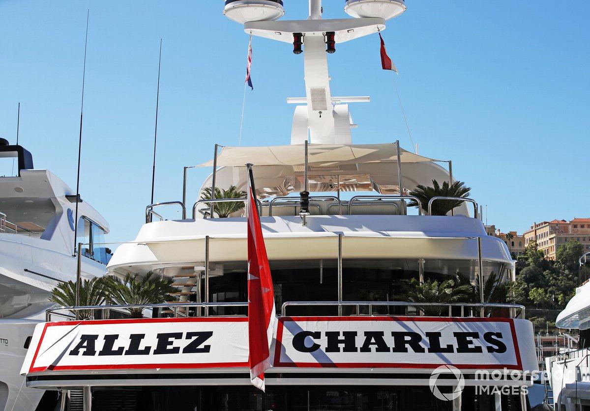 Pancarta de apoyo en un yate a Charles Leclerc, Ferrari