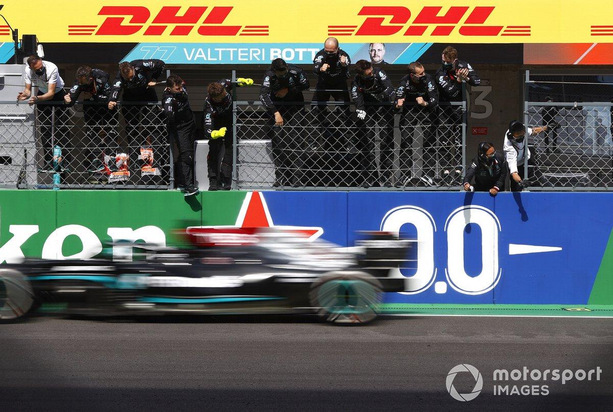 Ganador Lewis Hamilton, Mercedes W12, cruza la meta