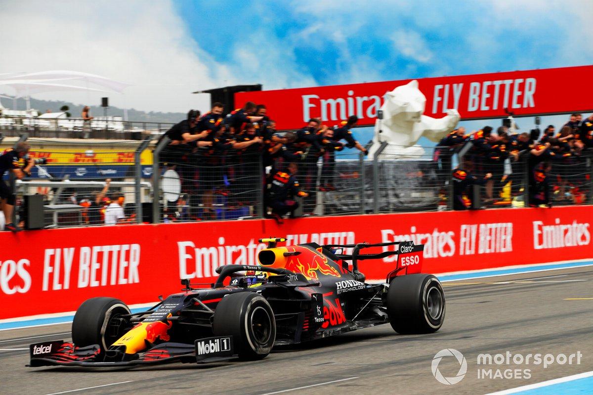 Sergio Perez, Red Bull Racing RB16B, 3° classificato, taglia il traguardo tra gli applausi della sua squadra al muretto dei box