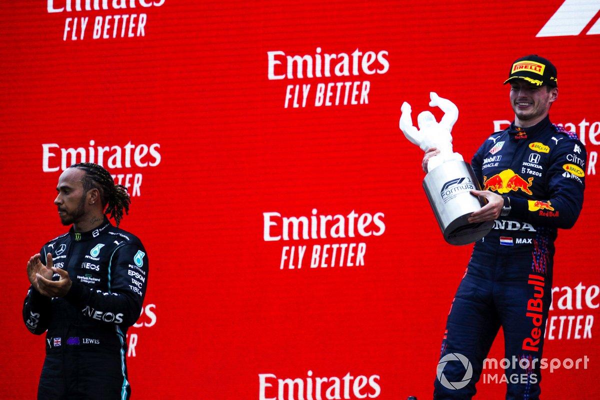 Lewis Hamilton, Mercedes, 2° classificato, e Max Verstappen, Red Bull Racing, 1° classificato, con il suo trofeo