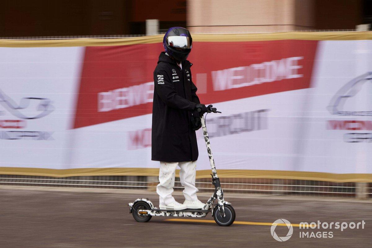 Lewis Hamilton, Mercedes en un scooter