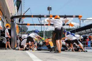 Daniel Ricciardo, McLaren MCL35M, in de pits