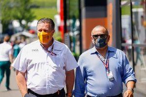 Zak Brown, CEO de McLaren Racing con el primer ministro de Bahrein, Salman Bin Hamad Al-Khalifa
