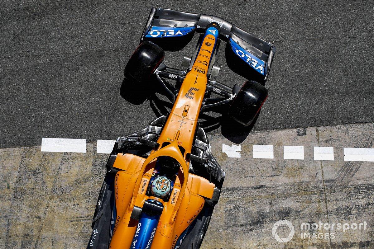 Daniel Ricciardo, McLaren MCL35M, lascia il garage