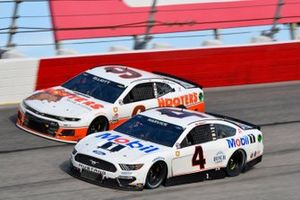 Kevin Harvick, Stewart-Haas Racing, Ford Mustang Mobil 1 Throwback, Chase Elliott, Hendrick Motorsports, Chevrolet Camaro Hooters Throwback
