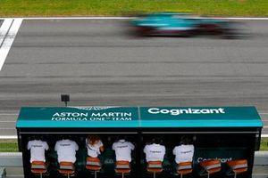 Sebastian Vettel, Aston Martin AMR21, passe devant le muret des stands de son équipe