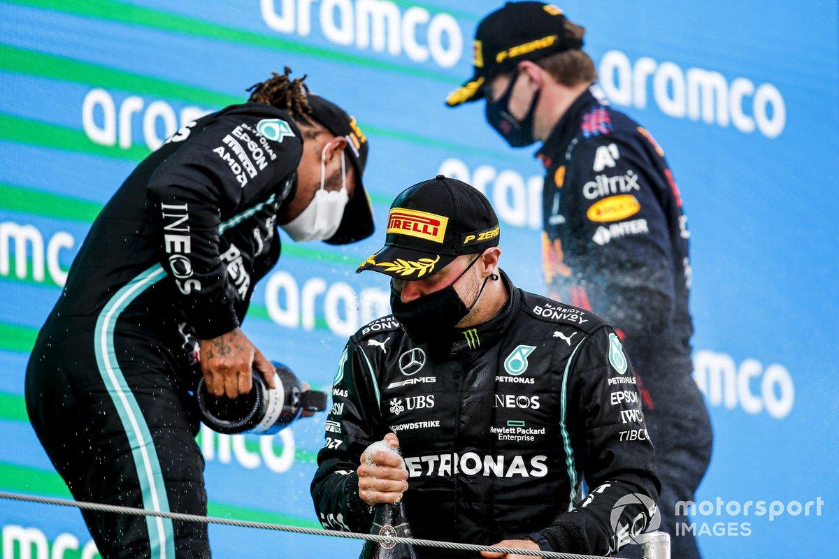 Valtteri Bottas, Mercedes, il vincitore della gara Lewis Hamilton, Mercedes e Max Verstappen, Red Bull Racing festeggiano sul podio con lo champagne