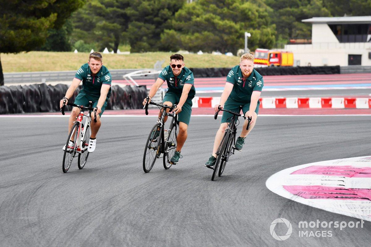 Miembros de Aston Martin en bici