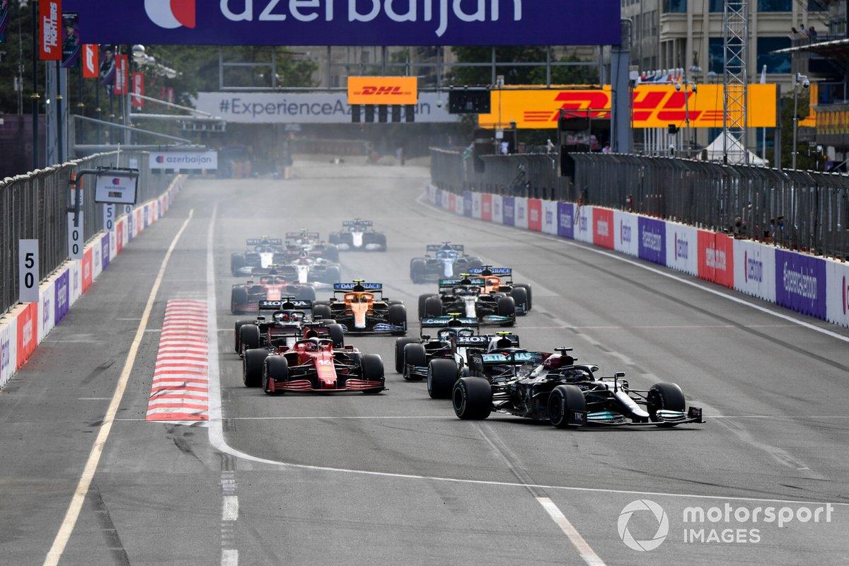Lewis Hamilton, Mercedes W12, Pierre Gasly, AlphaTauri AT02, Charles Leclerc, Ferrari SF21, Sebastian Vettel, Aston Martin AMR21, al inicio