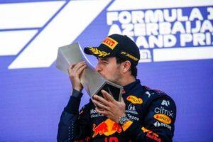 Sergio Perez, Red Bull Racing, vainqueur, sur le podium