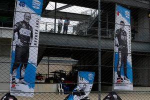 Charlie Kimball, A.J. Foyt Enterprises Chevrolet pancarta retirada antes de su carrera de clasificación