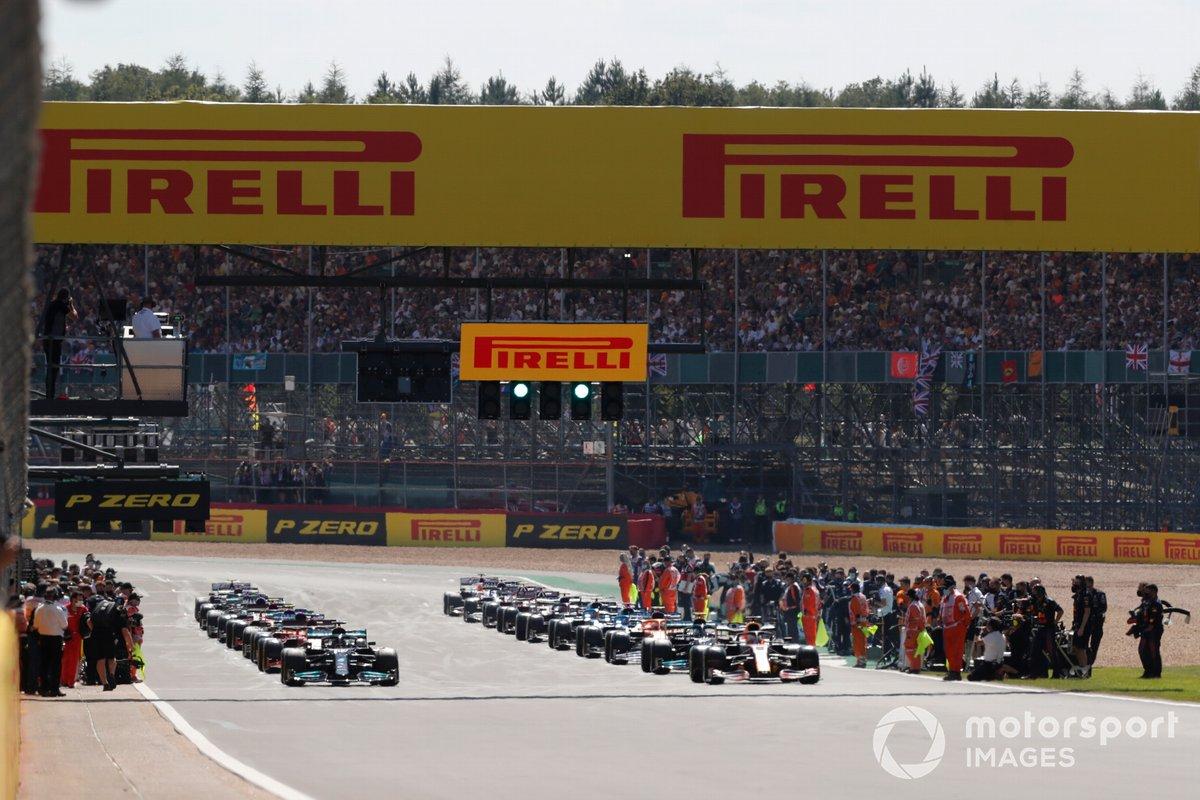 Max Verstappen, Red Bull Racing RB16B, and Lewis Hamilton, Mercedes W12, se preparan para la vuelta de formación