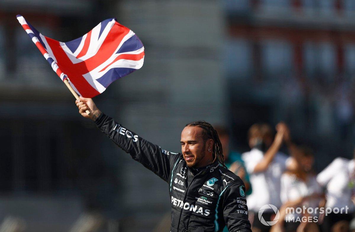 Lewis Hamilton, Mercedes, primo classificato, festeggia dopo la gara con la bandiera della Gran Bretagna