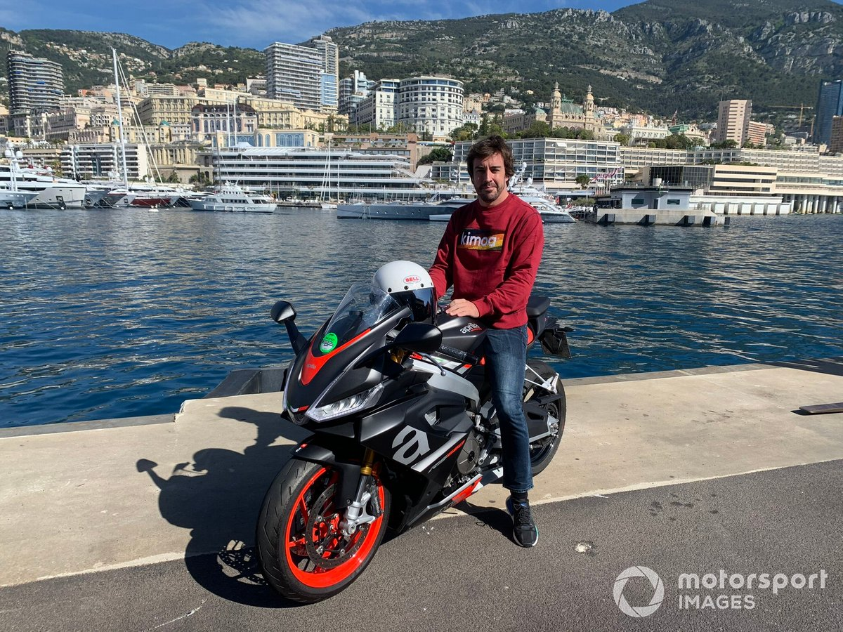Fernando Alonso y una Aprilia RS 660