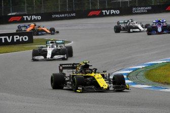 Nico Hulkenberg, Renault F1 Team R.S. 19, leads Valtteri Bottas, Mercedes AMG W10