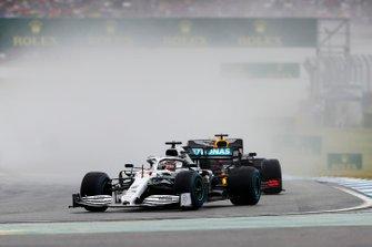 Lewis Hamilton, Mercedes AMG F1 W10, voor Max Verstappen, Red Bull Racing RB15