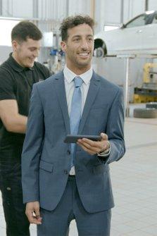 Daniel Ricciardo, INFINITI çalışanlarıyla