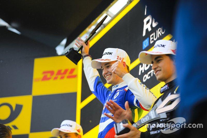 Podio di gara 2: il vincitore Alexander Smolyar, R-ACE GP