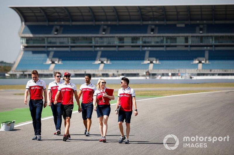 Antonio Giovinazzi, Alfa Romeo Racing fait un trackwalk avec ses mécaniciens
