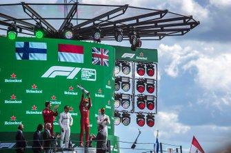Lewis Hamilton, Mercedes AMG F1, terzo classificato, Charles Leclerc, Ferrari, primo classificato, e Valtteri Bottas, Mercedes AMG F1, secondo classificato, sul podio