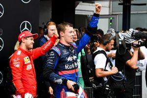 Sebastian Vettel, Ferrari, 2ª posición, y Daniil Kvyat, Toro Rosso, 3ª posición, celebran en Parc Ferme