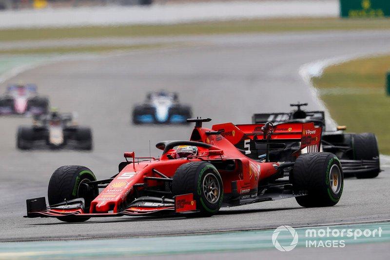 Sebastian Vettel, Ferrari SF90, precede Romain Grosjean, Haas F1 Team VF-19