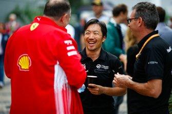 Ayao Komatsu, Chief Race Engineer, Haas F1, talks to a colleague from Ferrari