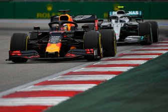 Max Verstappen, Red Bull Racing RB15, voor Valtteri Bottas, Mercedes AMG W10