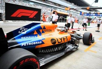 Carlos Sainz Jr., McLaren MCL34, au stand